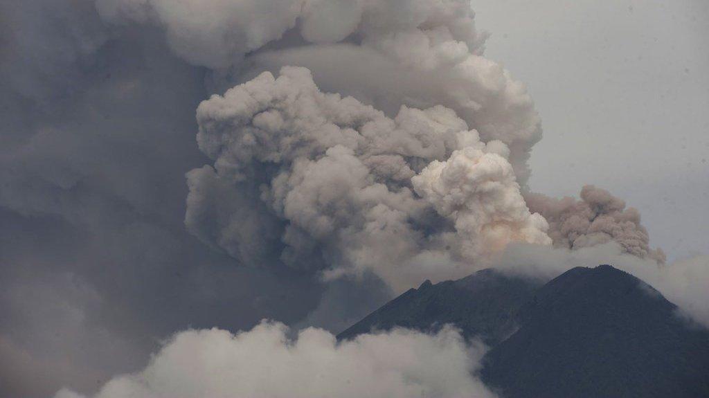 1512223044antarafoto-letusan-gunung-agung-291117-nym-3_ratio-16x9.JPG