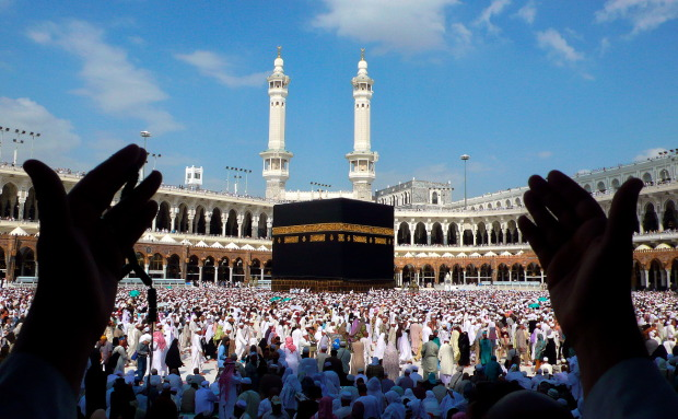 1515155291Praying-at-the-Kaaba.jpg