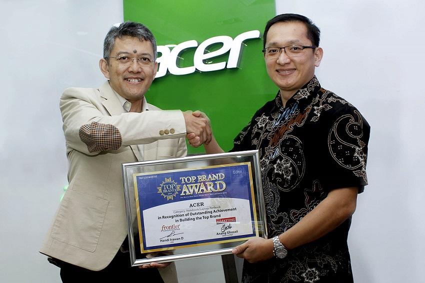 1521555866Herbet_Ang_menerima_Piagam_Penghargaan_Top_Brand_Award.jpg
