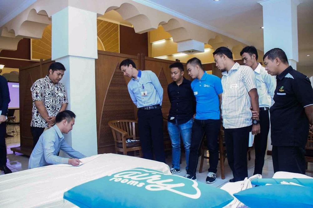 1522488141Kegiatan_Airy_Academy_di_Bandung_-_Roleplay_Making_Bed-ji.jpg