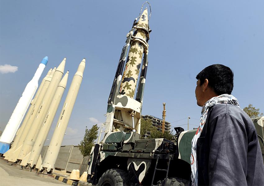 1538381274Seorang-pria-melihat-rudal-buatan-Iran-di-Holy-Defense-Museum-di-Teheran-pada-tanggal-23-September-2015._.jpg