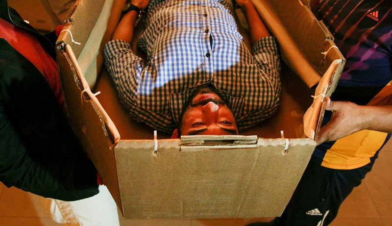 Kewalahan! Otoritas Ekuador Sulap Kardus Jadi Peti Mati Jenazah Corona