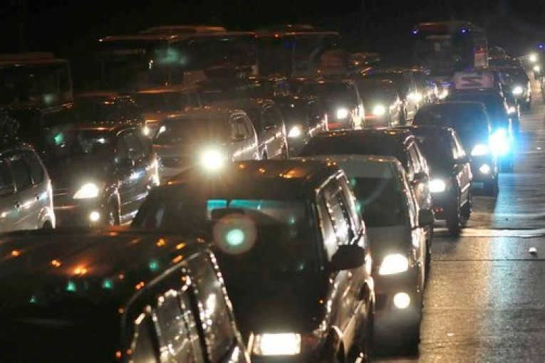 Tol Cikampek Arah Jakarta Masih Padat Hingga Tengah Malam