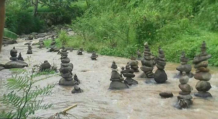 Batu Tersusun Seperti Arca di Sungai Cibojong Karya Makhluk Halus?