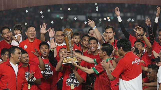Jokowi Turun ke Lapangan dalam Laga Final Piala Presiden