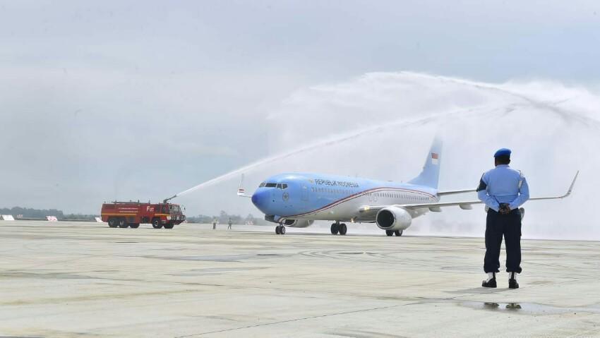 Water Salute Sambut Pesawat Kepresidenan di Bandara Kertajati