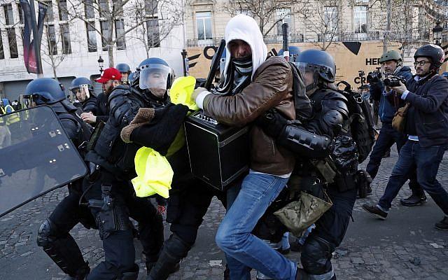 Kerusuhan di Prancis Pecah, Menara Eiffel Ditutup