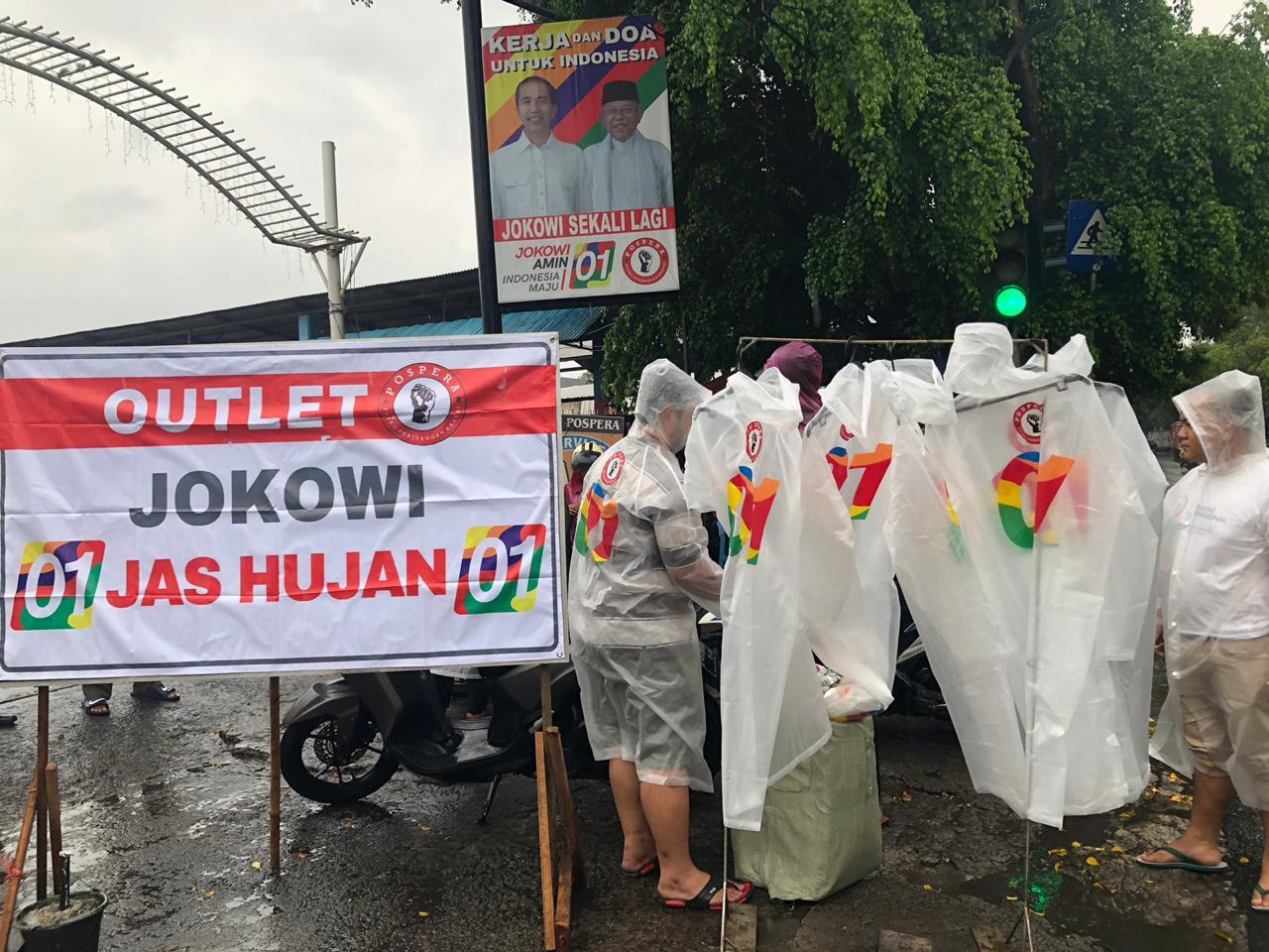 Begini Cara Relawan Pospera Sosialiasi Jokowi Dengan Jas Hujan