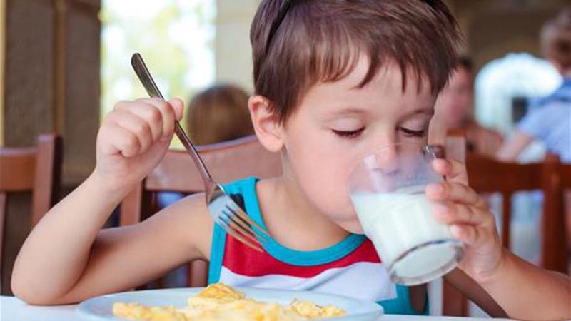 Fakta Minum Susu yang Bisa Bikin Tubuh Anak Pendek