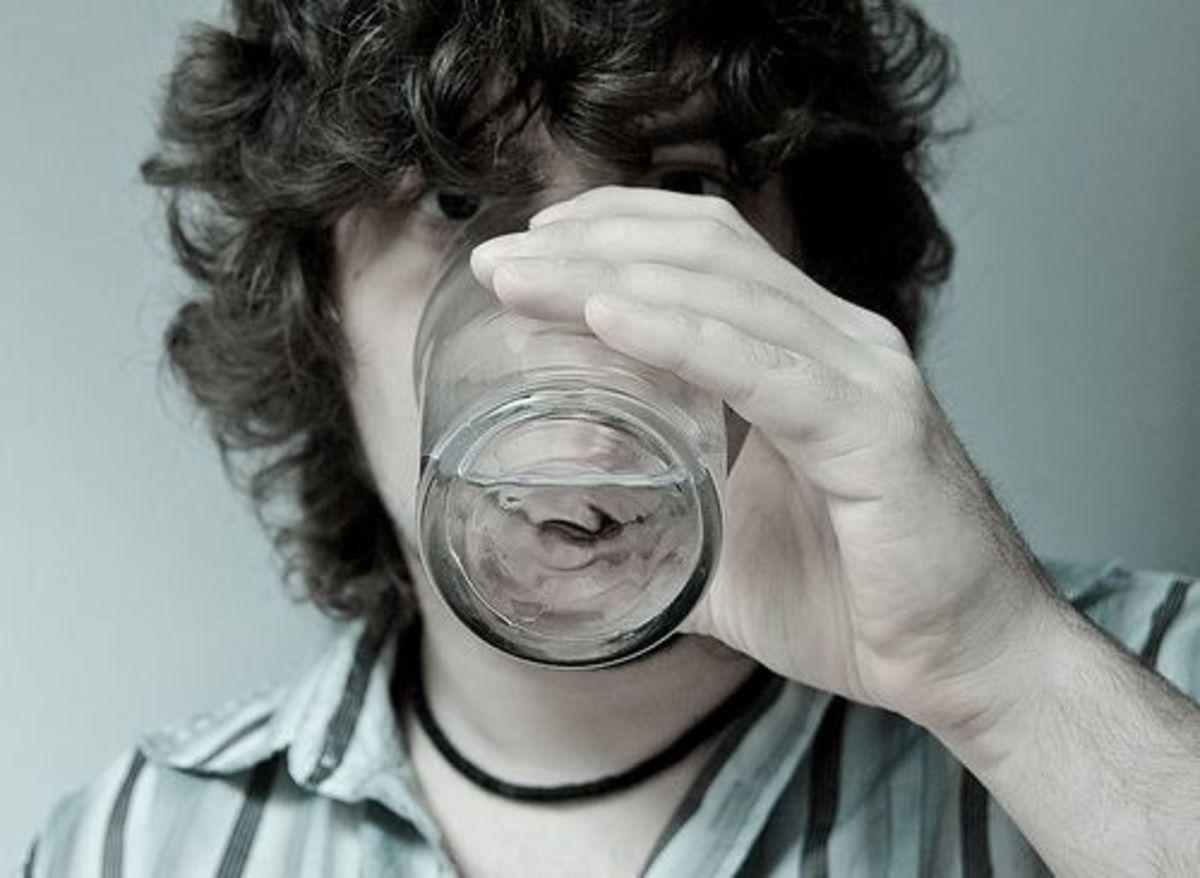 Jangan Malas Berkumur Air Putih Setelah Makan, Begini Akibatnya!
