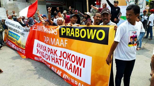 Sambut Kunjungan Prabowo, Massa Pendukung Jokowi Bentangkan Spanduk : HANYA JOKOWI YANG DIHATI KAMI