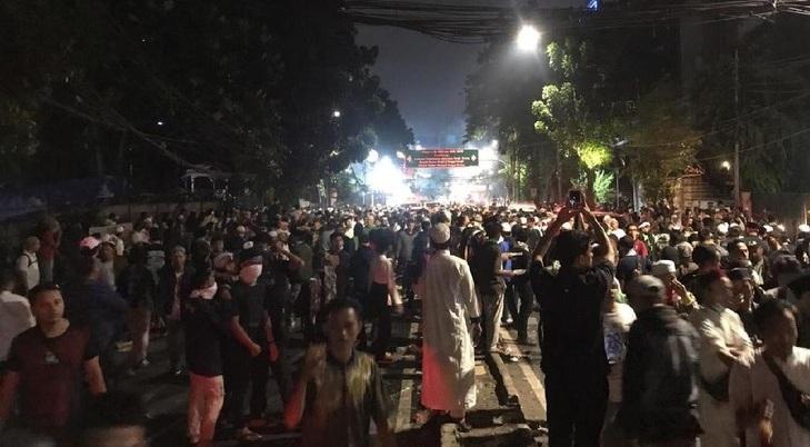 Kembali Ricuh, Massa Terus Lempari Polisi di Jl. Thamrin