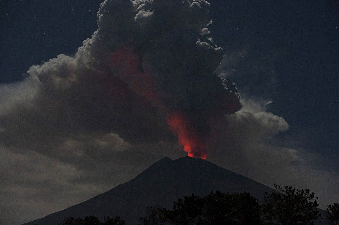 Erupsi Gunung Agung Lontarkan Lava Pijar