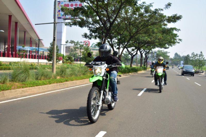 Siap Ekspor, KMI Lakukan Test Ride KLX230 Jalan Raya dan Track Off Road di Serpong