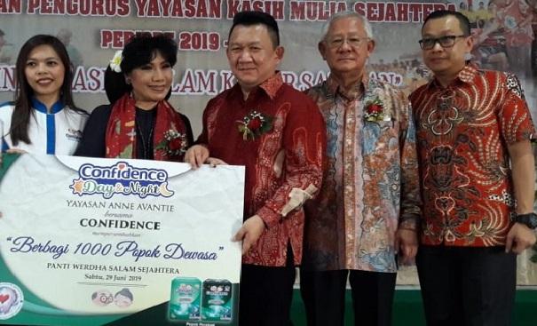 Datangi Panti Werdha di Bogor, Confidence dan Anne Avantie Bagikan Ribuan Popok Dewasa