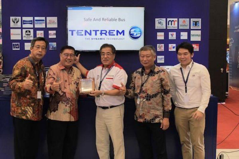Hino Serahkan Dua Unit Bus dan Penghargaan kepada PO Harapan Jaya di GIIAS