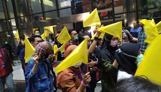 Protes UU Baru, Pegawai KPK Bawa Bendera Kuning dan Nyanyi Gugur Bunga