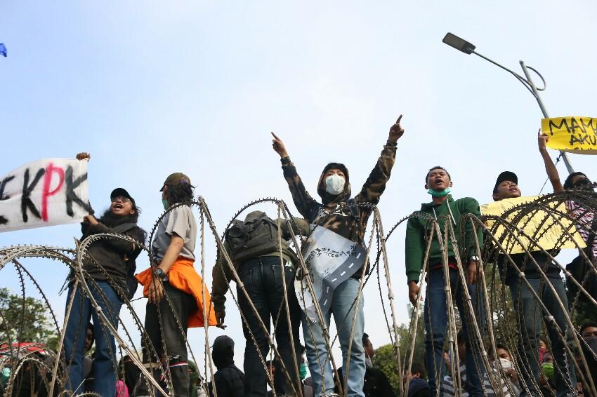 Demo di DPR Memanas, Massa Pendemo Rusak Kawat Berduri