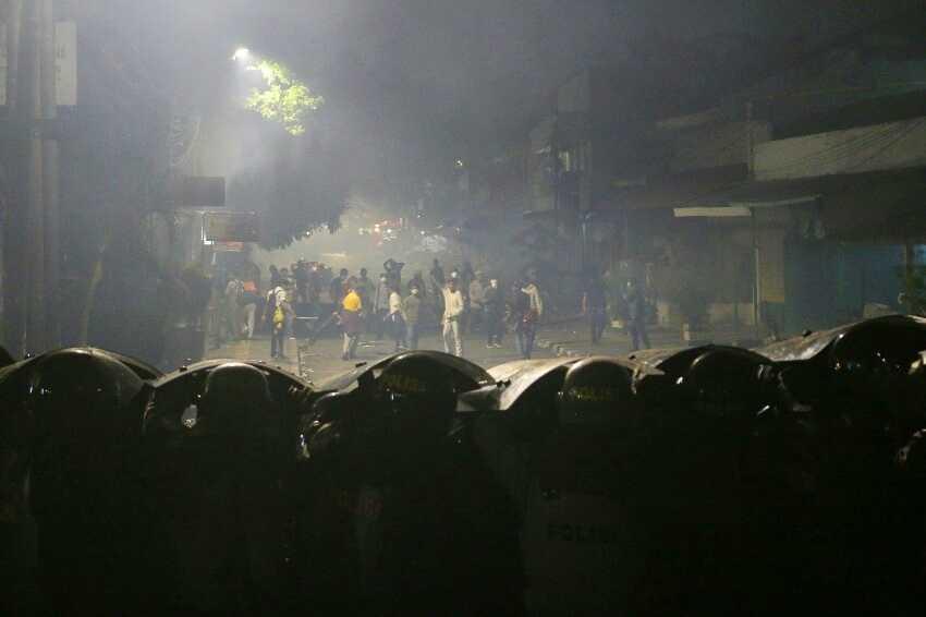 Massa di Palmerah Masih Bertahan, Polisi Dilempari Batu dan Molotov