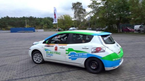 Nissan menantang kebiasaan dengan aksi drift Nissan LEAF