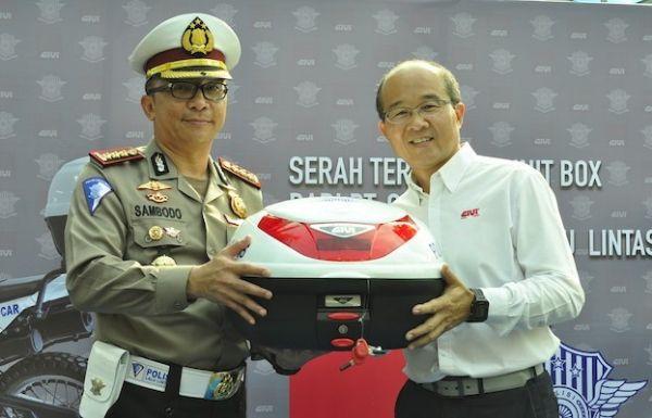 GIVI Serahkan Bantuan 100 Box Motor Kepada Dirlantas Polda Metro Jaya