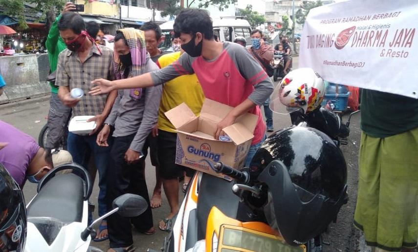 Datangi Terminal Pasar Minggu, Dharma Jaya Bagikan Ratusan Paket Buka Puasa ke Para Pedagang dan Supir Angkot