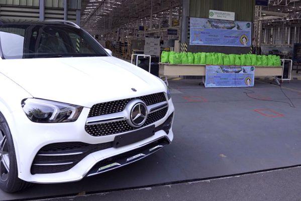 Mercedes-Benz Indonesia Bersama  PT Daimler Commercial Vehicles Manufacturing Indonesia  Donasikan APD RSUD Cibinong | jakartainsight.com