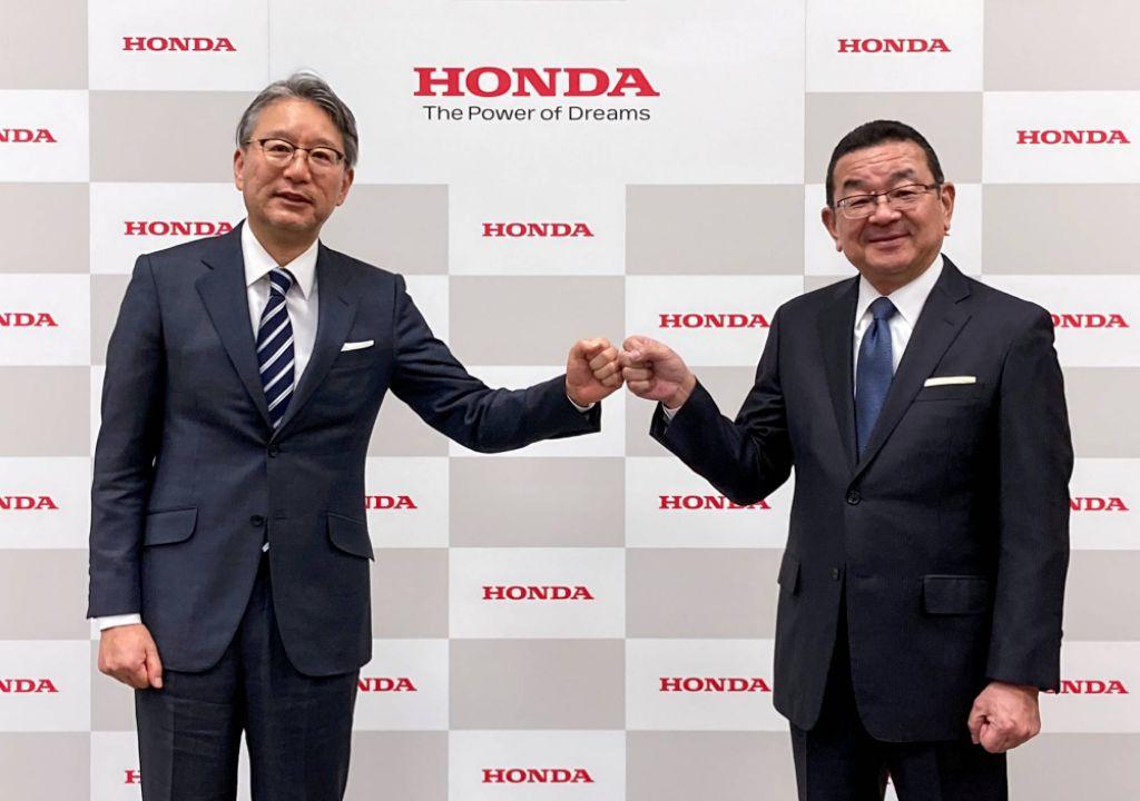 Toshihiro Mibe (kiri) akan gantikan Takahiro Hachigo (kanan) sebagai pemimpin Honda Motor Co. Ltd. | jakartainsight.com
