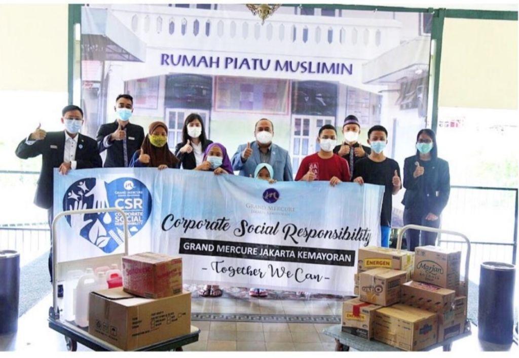 Melalui Program CSR, Grand Mercure Jakarta Kemayoran Berbagi Kehangatan di Yayasan Rumah Piatu Muslimin