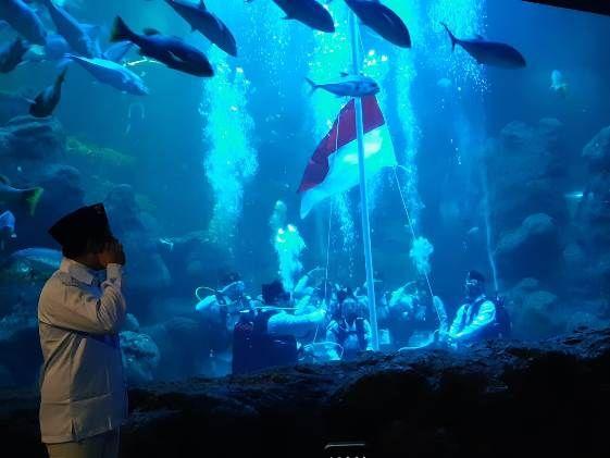 Pengibaran Merah Putih di Akuarium Raksasa Sea World Meriahkan 17 Agustusan di Ancol